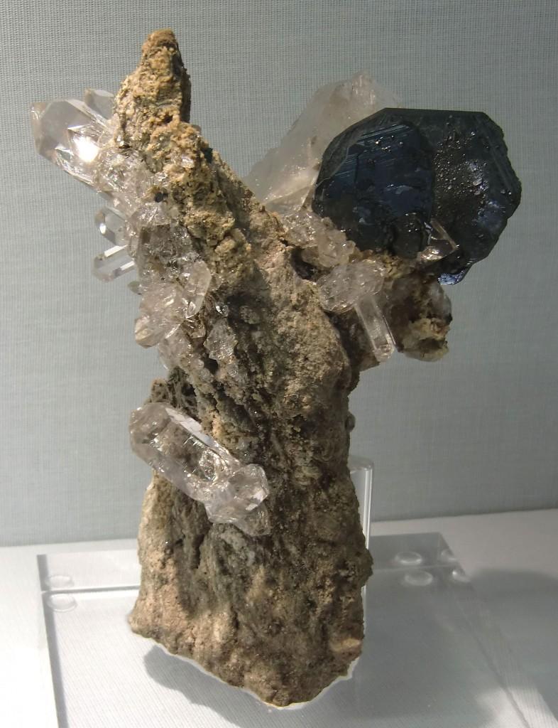 Bergkristall Bäumchen mit Eisenrosen Blüte, Cavradi Schlucht (Schweiz)