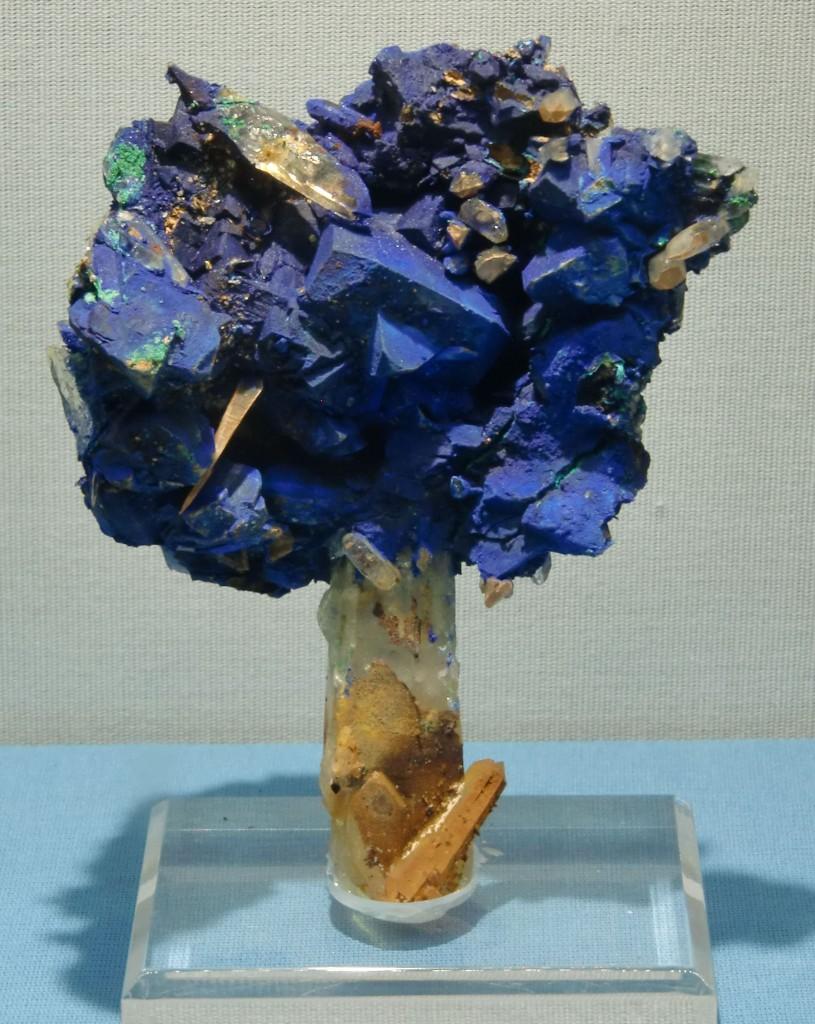 Bäumchen aus einem Quarz Stamm und einer Baumkrone aus Tetraedrit mit Azurit