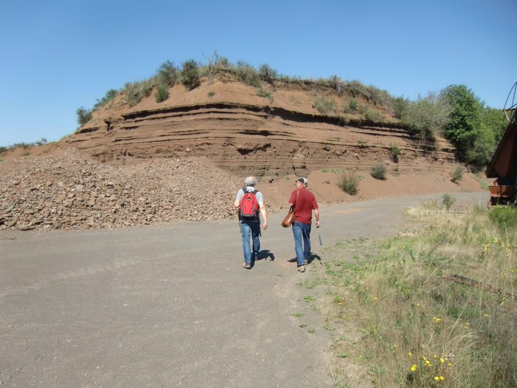 Abb. 12: Peter Masberg (links) und Christopher Thomas (rechts) im Anmarsch auf die Fundstelle (Foto: Volker Duda)