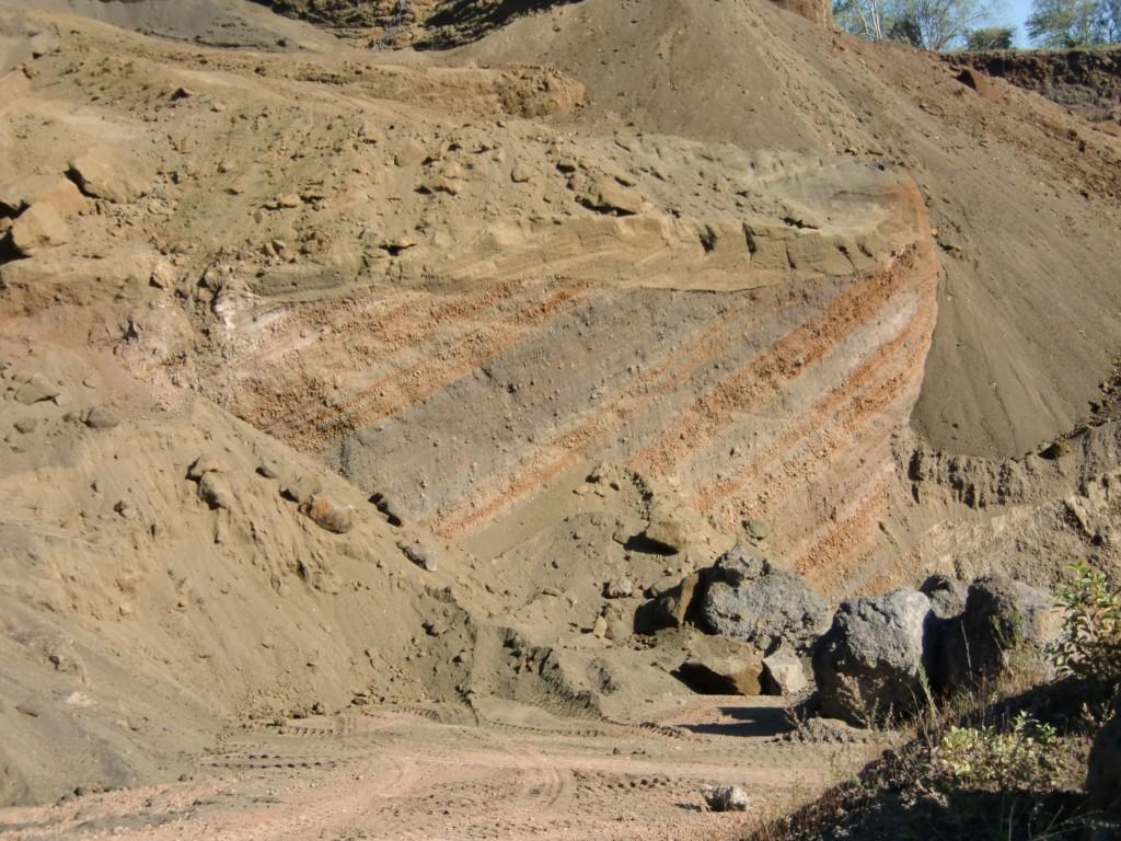 Abb. 26: Natur und Mensch haben sich an der Umschichtung im Gelände beteiligt (Foto: Volker Duda)