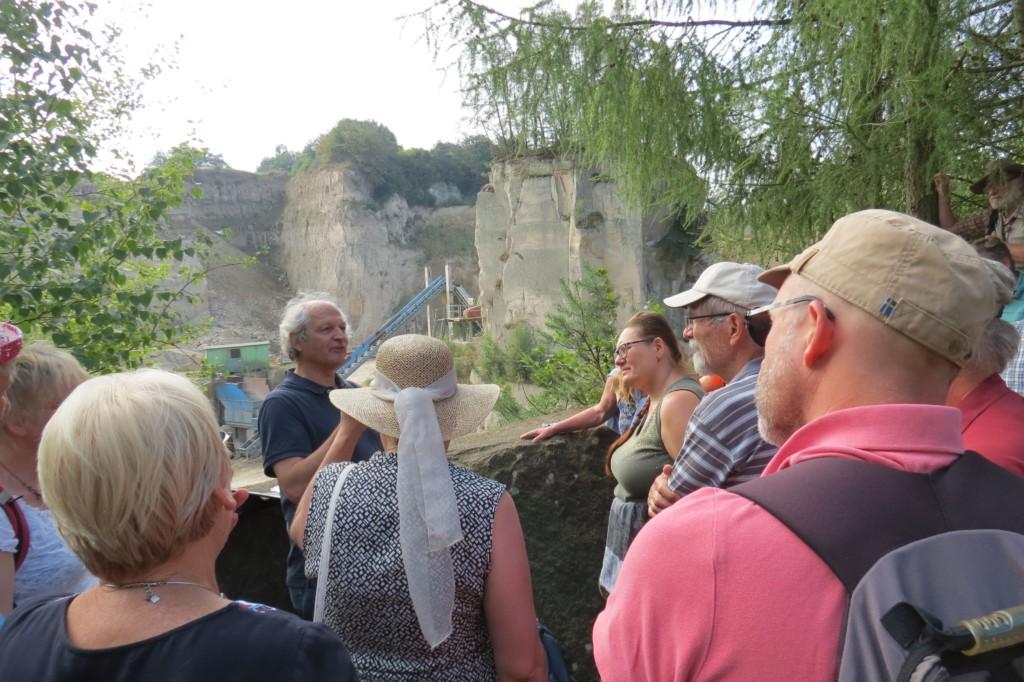 Abb. 27: Prof. Masberg erklärt Entstehung und Nutzung des Tuffs als Baustein und für die Trass-Zement Herstellung (Foto: Udo Becker)