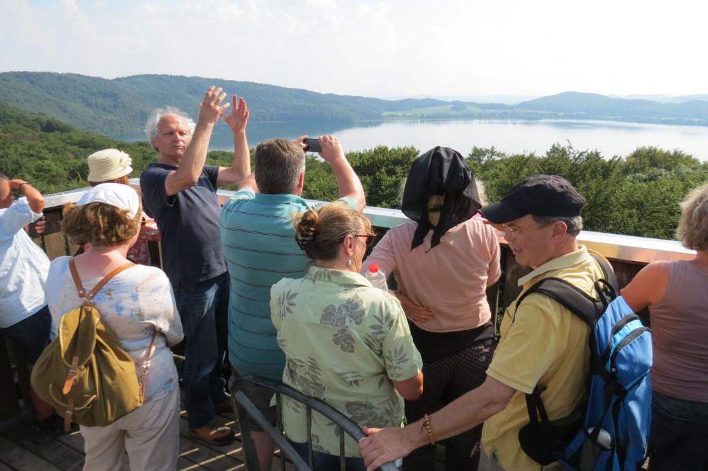 Abb. 37: …hat man einen prima Blick über den Laacher See – und wenn der dann erst wieder ausbricht… (Foto: Udo Becker)