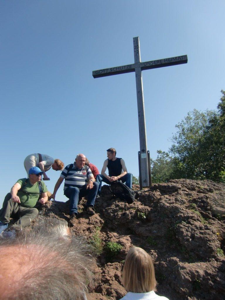 Abb. 4: am Gipfelkreuz des Windsborn (Foto: Volker Duda)