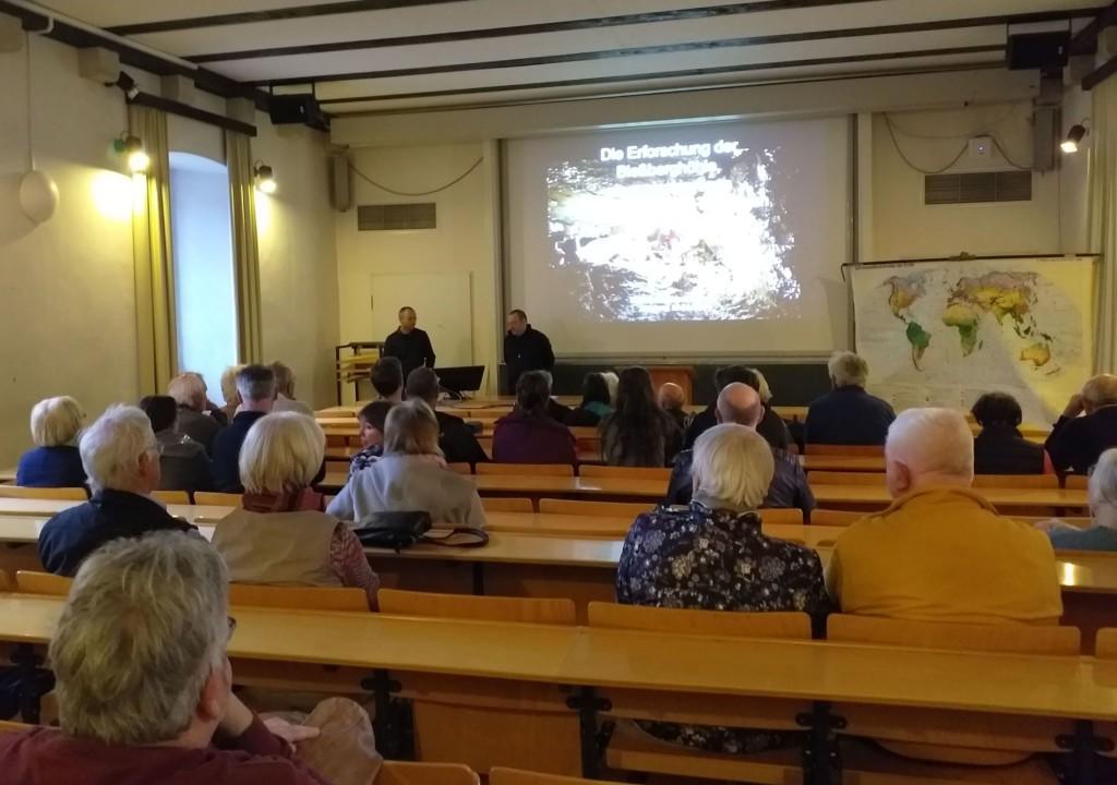 Jens Leonhardt – links – wird vom Vorsitzenden des Freundeskreises des Marburger Mineralogischen Museums Volker Duda begrüßt