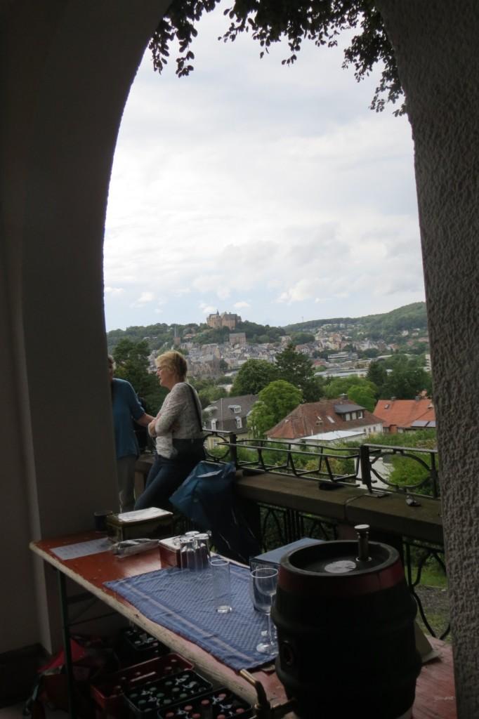 Abb. 7: Kölsch zapfen mit Blick auf's Marburger Schloß