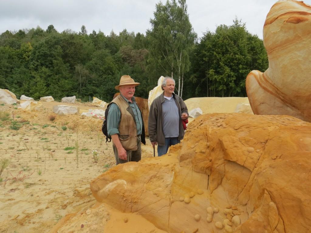 Lothar Keil und Peter Masberg bewundern die Kunstwerke der Natur