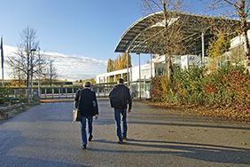 Peter Masberg (links) und Hartmut Meyer (rechts) im Anmarsch auf die Messehallen