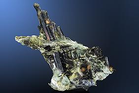 Epidotkristalle vergesellschaftet mit Byssolith (Berghaar)
