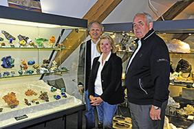 Die Stifter Ingrid und Reinhard Balzer vor den Vitrinen der neuen Sammlung.