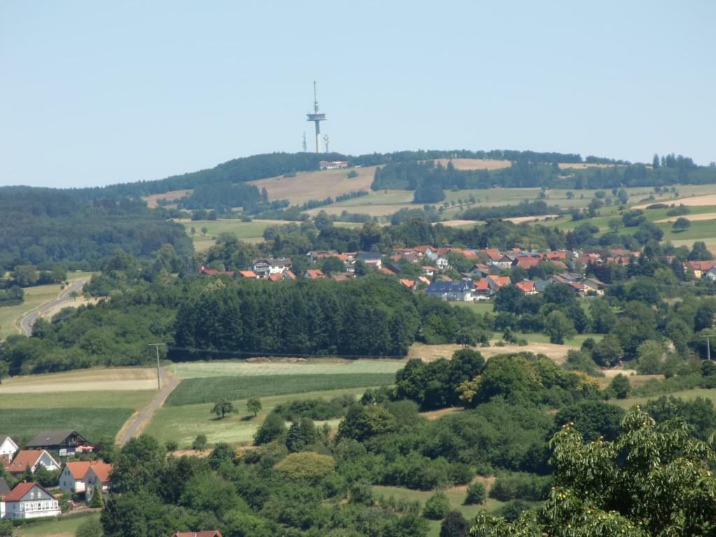 nun gut, herbei gezoomt: der Hoherodskopf, immerhin 764 m hoch (Foto: Volker Duda)